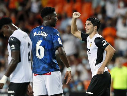 Carlos Soler celebra el segundo gol al Alavés.