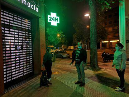 Cola de madrugada en la farmacia de Javier Lago, en Madrid.