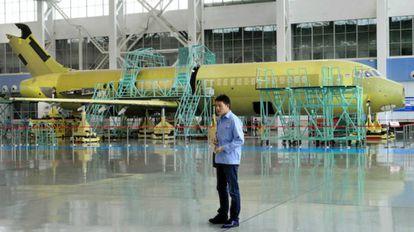 Construcción de un avión ARJ-21 en las instalaciones de la aeronáutica COMAC.