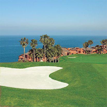 Una parte del complejo turístico Abama vista desde el campo de golf.