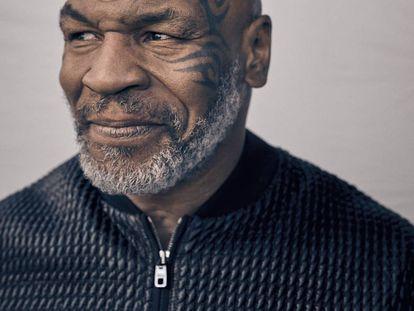 Mike Tyson, la leyenda del boxeo hoy reconvertido en empresario, padre de familia y exitoso 'podcaster', lleva cazadora Dolce & Gabbana.