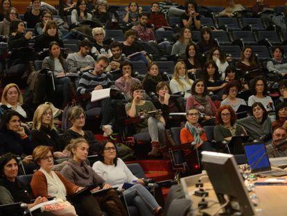 Un grupo de maestros escucha las indicaciones de un experto en psicomotricidad.