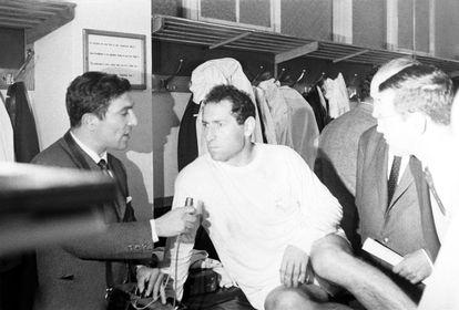 Miguel Ors, a la izquierda, entrevista a Gento tras la final de la Copa de Europa de 1966 en el estadio de Heysel, Bruselas.