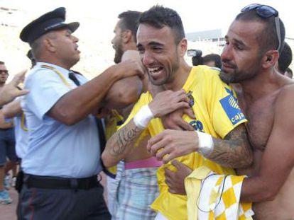 Un aficionado anima a Momo, jugador de Las Palmas, tras la eliminación del domingo.
