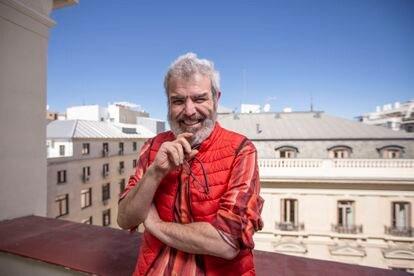 Lorenzo Caprile, modista de trajes y vestidos de boda de alta costura, en una de las terrazas de un hotel en Madrid.