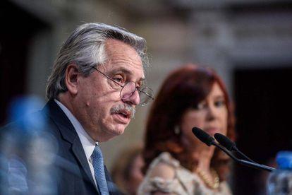 El presidente de Argentina, Alberto Fernández, habla en el Senado el 1 de marzo de 2021, ante la mirada de la vicepresidenta, Cristina Fernández de Kirchner.