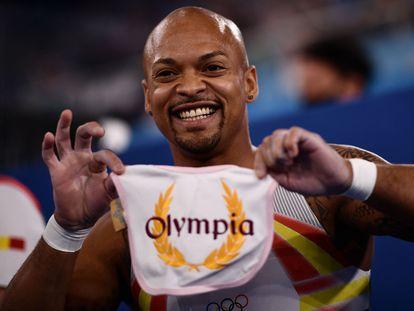 El gimnasta español Rayderley Zapata celebra su medalla de plata en la final de suelo de los Juegos Olímpicos 2020 en Tokio enseñando el babero de su hija, Olympia.