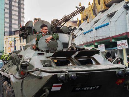 Un tanque recorre este domingo las calles de Yangón.
