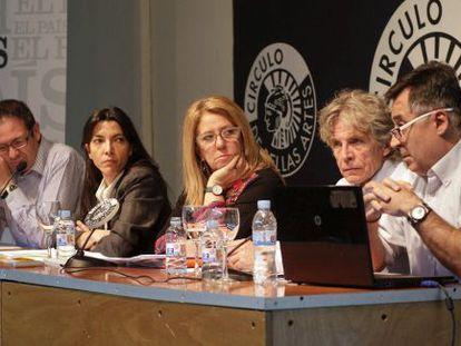 Desde la izquierda, Alberto Sotillo, Maite Rico, Alicia G. Montano, José Luis Márquez y Gervasio Sánchez, durante el debate sobre la guerra de Bosnia.