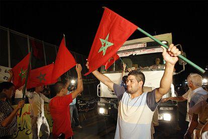 Un grupo de activistas marroquíes bloquea uno de los camiones en el paso fronterizo entre Marreucos y Melilla.