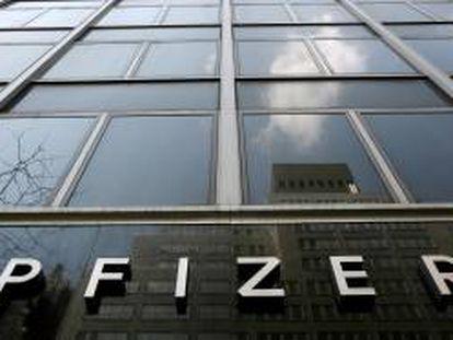 Vista de la fachada de la sede mundial de la farmacéutica Pfizer, en Nueva York. EFE/Archivo