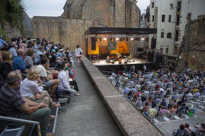 La plaza de la Trinidad de San Sebastian durante la jornada inaugural de la 56ª edición de Jazzaladia.