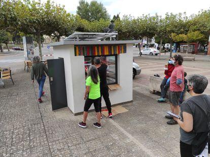 Vecinos ultiman la bibliocaseta restaurada de Ciudad Rodrigo (Salamanca).