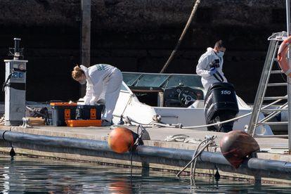 La Policía Científica analiza la embarcación del hombre desaparecido con sus dos hijas y que fue hallada en alta mar sin sus ocupantes.