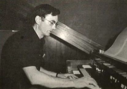 Cesáreo Gabaráin toca el piano en una de las fotografías que acompañaban sus álbumenes de vinilo.