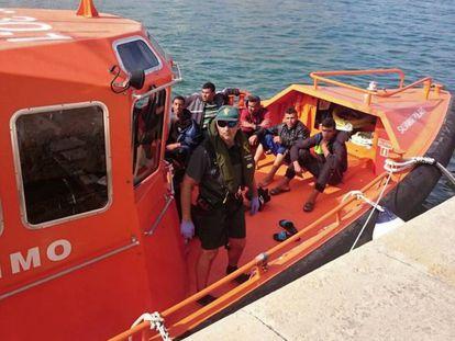 El barco de salvamento marítimo con los rescatados.