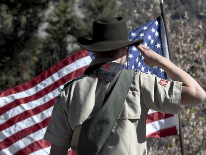 Un niño de los Boy Scouts en el Juramento a la bandera durante la ceremonia del Día de los veteranos en Wrightwood, California, en una imagen de archivo.