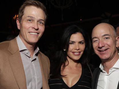 Patrick Whitesell, Lauren Sanchez y Jeff Bezos, en un estreno en diciembre de 2016.