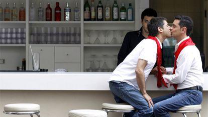 Alex Freyre y José María Di Bello se besan en un bar de Buenos Aires.