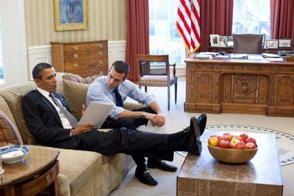 Barack Obama, en el Despacho Oval, con Jon Favreau.