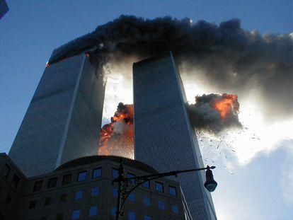 Las Torres Gemelas ardiendo tras los impactos de los aviones el 11-S.