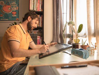 Cristóbal Fortúnez, trabajando en su casa.