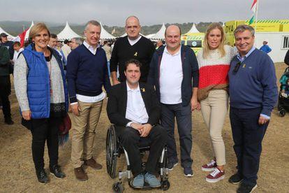 Urkullu y parte de la cúpula peneuvista posan con el presidente del PDeCAT, David Bonvehí (en silla de ruedas), el 30 de septiembre en Vitoria.