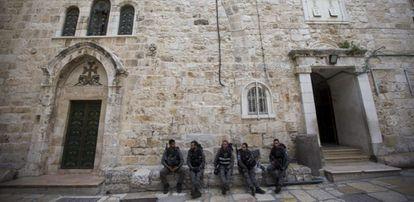 Entrada de la iglesia del Santo Sepulcro en Jerusalén.
