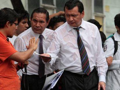 Osorio Chong entrega el documento con las respuestas a un estudiante