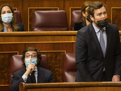 El diputado de Vox José María Figaredo (izquierda), hace un gesto en presencia de su compañero de partido Iván Espinosa de los Monteros (a la derecha) durante el pleno del Congreso de los Diputados, este miércoles.