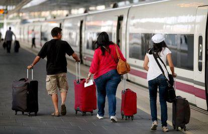 Viajeros en el andén de Atocha, en Madrid.