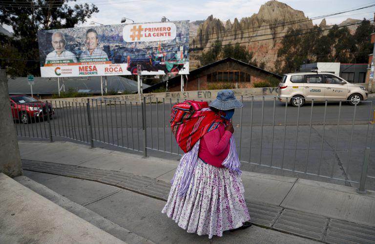 Una mujer camina en La Paz en vísperas de las elecciones presidenciales.
