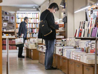 Dos clientes de la librería Laie de la calle Casp.