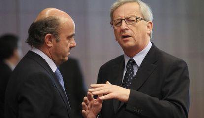 Guindos conversa con el presidente del Eurogrupo, Jean-Claude Juncker.