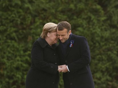 PHW377. Compiegne (France), 10/11/2018.- French President Emmanuel Macron and German Chancellor Angela Merkel hold hands after unveiling a plaque in the Clairiere of Rethondes during a commemoration ceremony for Armistice Day, 100 years after the end of the First World War, in Compiegne, France, 10 November 2018. (Francia) EFE/EPA/PHILIPPE WOJAZER / POOL MAXPPP OUT