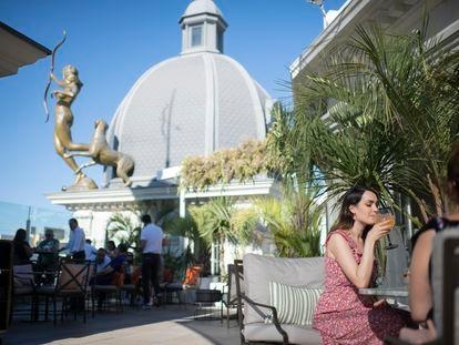Clientes del Jardín de Diana, una terraza con vistas a la Gran Vía de Madrid, este lunes por la tarde.