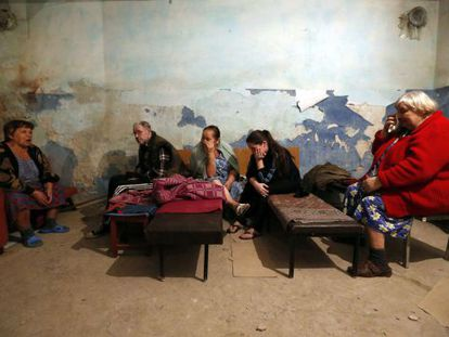 Habitantes de Donetsk se refugian de un bombardeo.