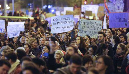 Centenares de personas lucen pancartas en la marcha del Día de la Mujer.
