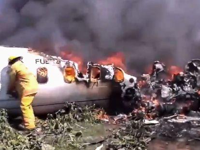 La avioneta del Ejército mexicano, tras desplomarse este domingo.