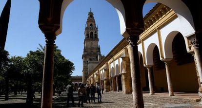 Turistas en el Patio de los Naranjos de la Mezquita de Córdoba.