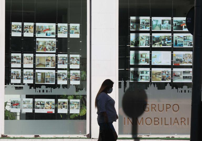 Carteles de ventas y alquileres de viviendas en una inmobiliaria de Madrid, en el mes de junio.
