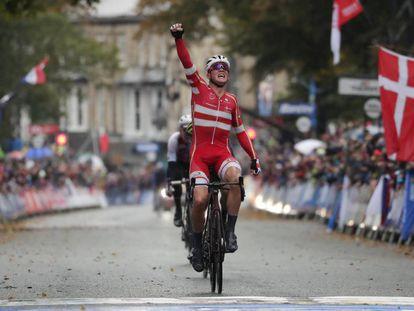 Mads Pedersen celebra su victoria en el Mundial.