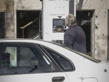 Un hombre intenta poner gasolina, por error, en un punto de recarga eléctrica en Sagrada Familia.