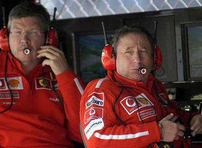 Ross Brawn (a la izquierda) y Jean Todt, durante un gran premio en 2003.