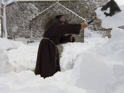 El franciscano José Quintela retira nieve del atrio del Santuario do Cebreiro.