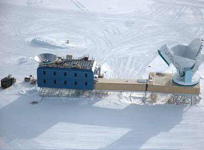 El Telescopio del Polo Sur es una gran antena de 10 metros de diámetro ubicada en la base estadounidense Amundsen-Scott. Se puede ver en la parte derecha de la fotografía. La sala de control está situada en la estructura marrón en la base de la antena.