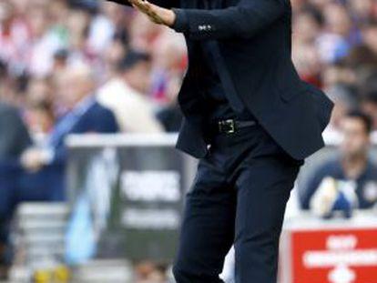 Simeone da instrucciones en la banda del Calderón.