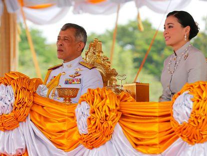 El rey de Tailandia, con su esposa Suthida en mayo de 2019.