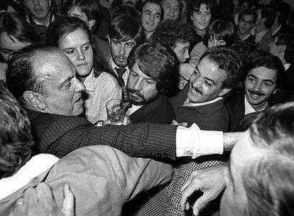 Manuel Fraga, rodeado de partidarios, en la noche del 28-O.