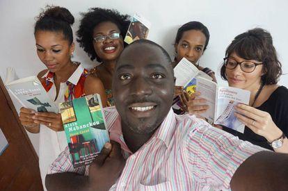 El colectivo Abidjan Lit, con Cyriac Gbogou en primer plano.